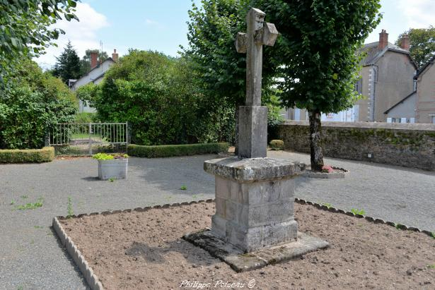Croix au centre de Millay un beau patrimoine