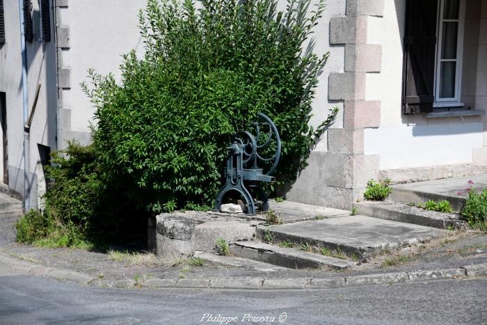 Puits avec pompe de Millay un patrimoine.
