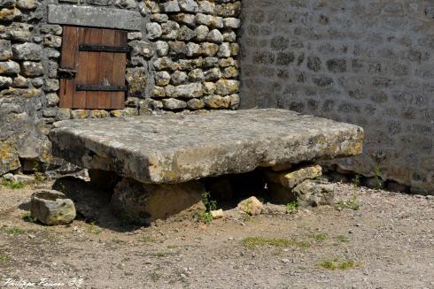 Pierre des morts du Prieuré Saint-Hilaire de Commagny