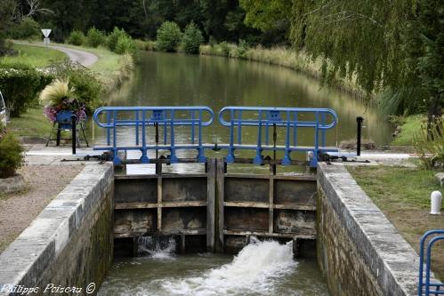 L'écluse N°27 sur le versant Loire un ouvrage du canal