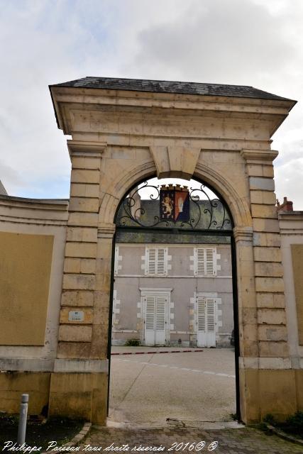 Portail original à Nevers un patrimoine de la commune