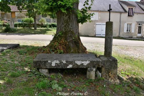 Pierre des morts de l'église de Chevannes Changy Nièvre Passion