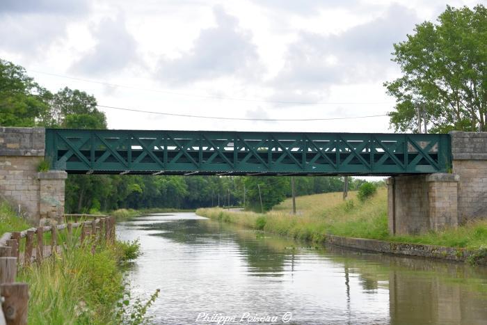 Pont du canal à Maison Neuve un beau patrimoine.