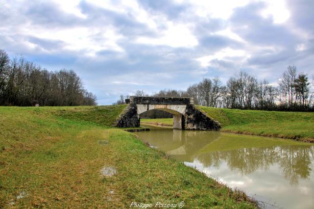 Pont sur le Canal à Mougny un ouvrage