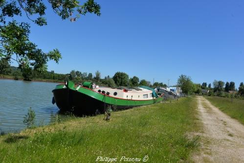 Port de Gimouille un ouvrage du canal latéral à la Loire