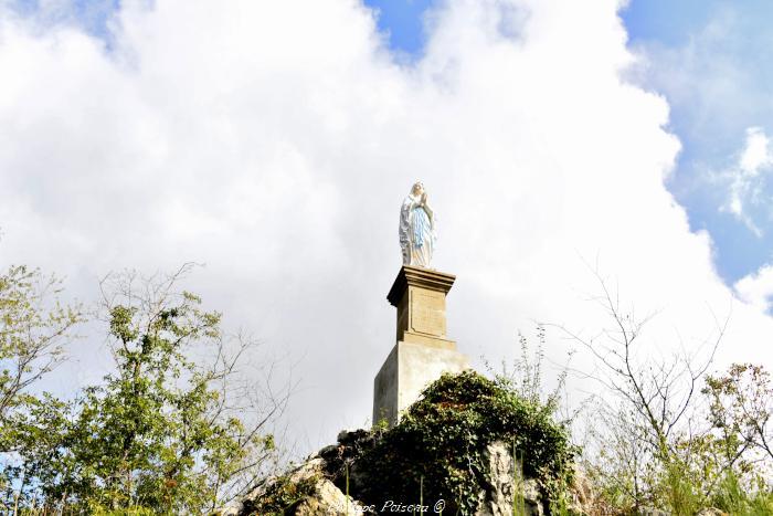 Statue de la Vierge à Saint-Léger-de-Fougeret un beau patrimoine