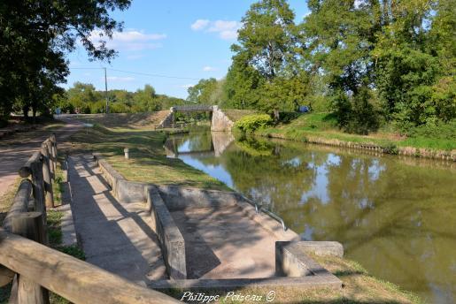 Un Pont sur le Canal du Nivernais à Asnois – Le Canal