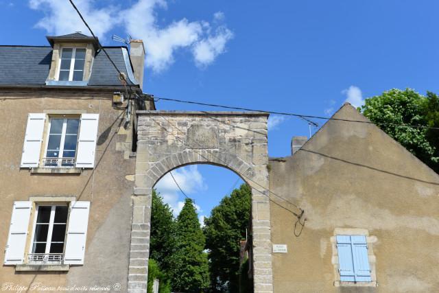 Le portail du château d'Asnois un remarquable patrimoine