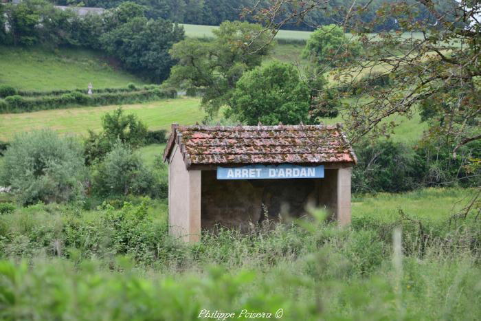 Arrêt du Tacot de la commune d'Ardan un beau patrimoine.